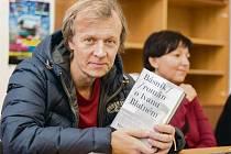 AUTOR KNIHY ROKU. Martin Reiner při autogramiádě svého románu na loňském knižním veletrhu v Havlíčkově Brodě.