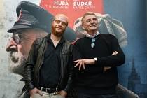 Jan Budař (vlevo) a Martin Huba na novinářské projekci filmu režiséra Jakuba Červenky Hovory s TGM.
