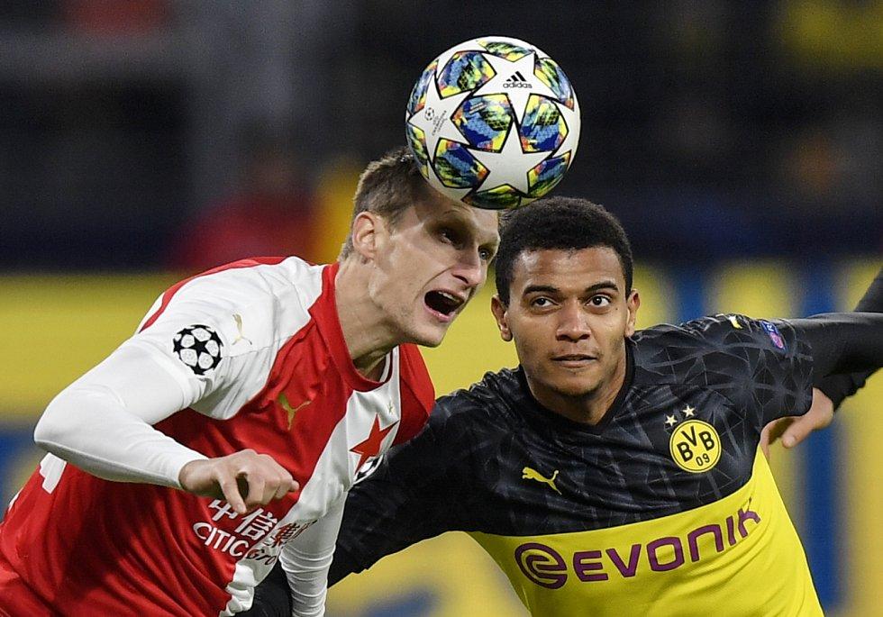 Fotbalista pražské Slavie Milan Škoda v souboji s Manuelem Akanji z Borussie Dortmund