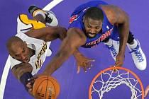 Kobe Bryant z Los Angeles Lakers v podkošovém souboji s Jasonem Maxiellem z Detroitu.