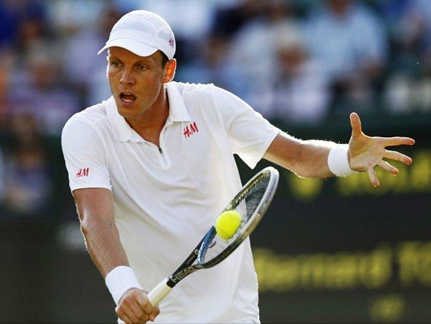 Tomáš Berdych v osmifinále Wimbledonu proti Tomicovi.