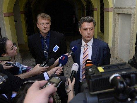 Pavel Blažek (vpravo) a bývalý detektiv ÚOOZ Jiří Komárek.