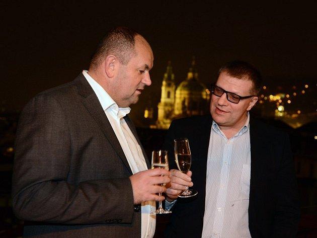 Na pražské schůzce se potkali i šéf českého fotbalu Miroslav Pelta (vlevo) se slovenským protějškem Jánem Kováčikem.