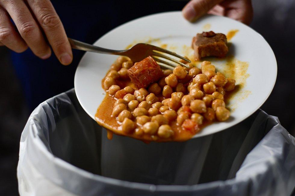 Přebytečné jídlo vyhazuje stále více lidí.