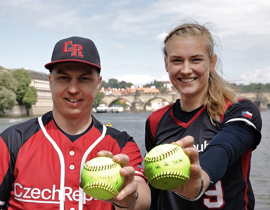 TK softballu o kvalifikaci na OH v Tokiu a MS v Praze na Střeleckém Ostrově. Na snímku David Mertl a Veronika Pecková.
