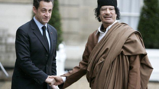 Nikolas Sarkozy a Muammar Kaddáfí