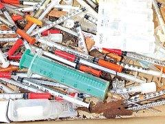 Během jednoho dne našli strážníci velké množství použitých stříkaček.