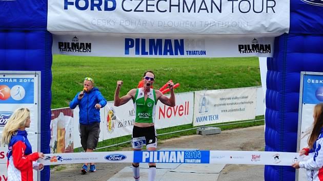 Ladislav Dvořák se raduje z triumfu v závodu Českého poháru v dlouhém triatlonu PILMAN 2014 ve Žďáru nad Sázavou.