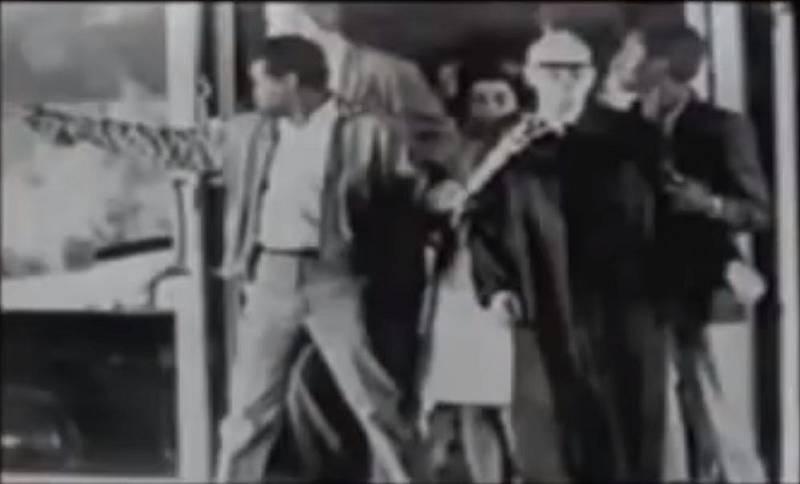 Únosce zajal soudce a státního zástupce jako rukojmí a spolu s nimi a s osvobozenými vězni se snažil dostat ke žluté dodávce