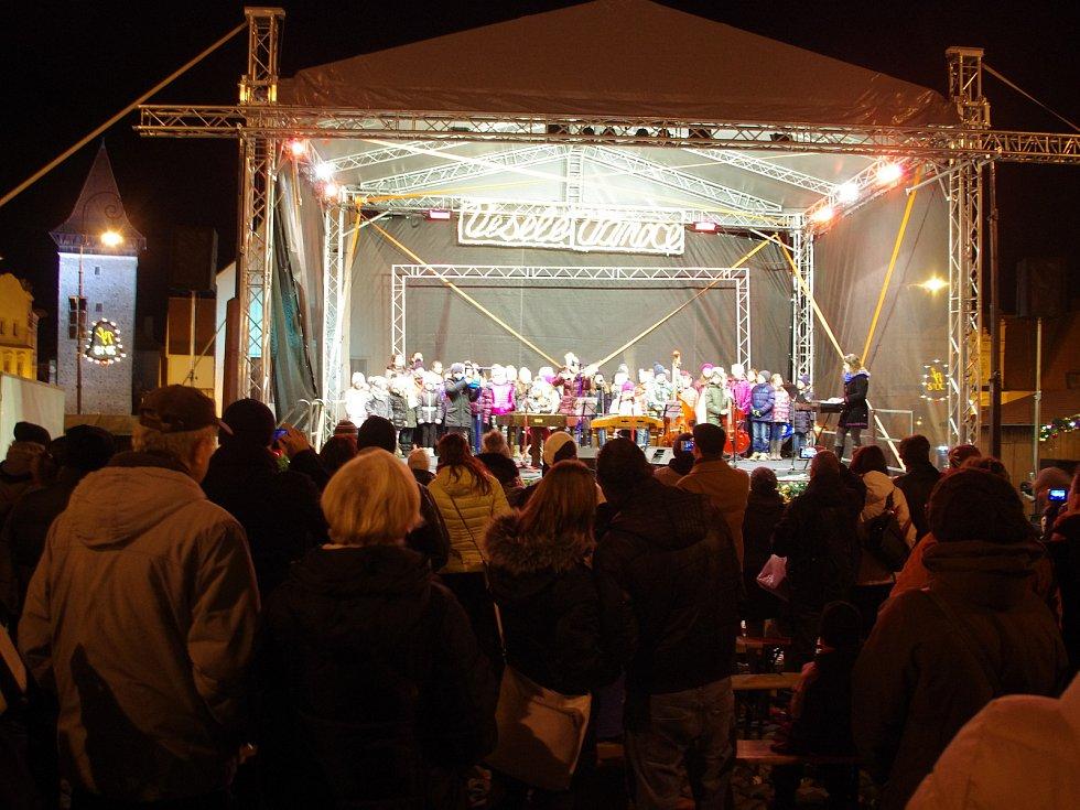 Na tři stovky lidí si přišly ve středu v podvečer zazpívat koledy s Deníkem na znojemské Masarykovo náměstí. Tón udával pěvecký sbor při ZŠ Pražská.