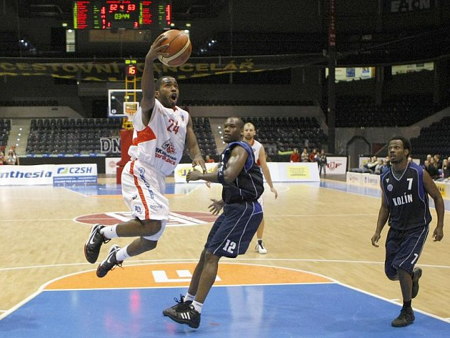 Basketbalové utkání Mattoni NBL mezi BK Synthesia a BC Kolín.