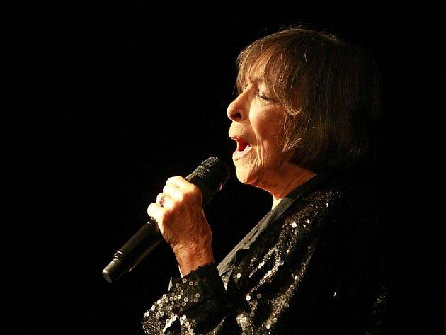 Hana Hegerová oslaví v říjnu osmdesáté druhé narozeniny a Supraphon jí vydal jako dárek třídiskovou kompilaci.