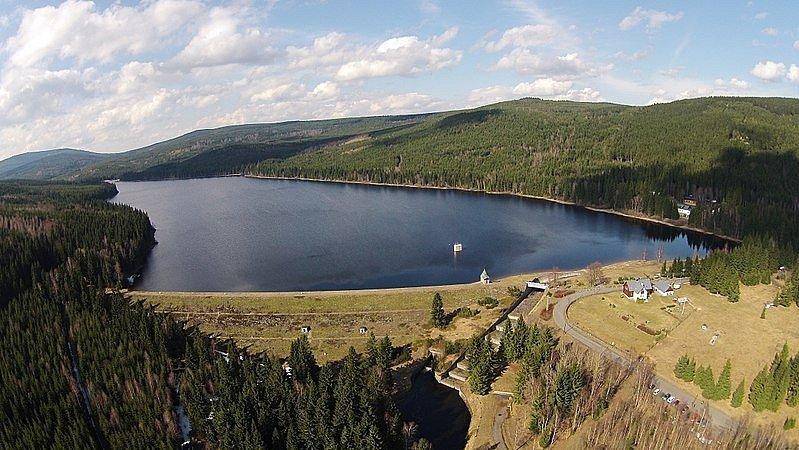 Přehrada Souš. Toto vodní dílo bylo postaveno na řece Černé Desné současně spřehradou Desná, která se o rok později protrhla.