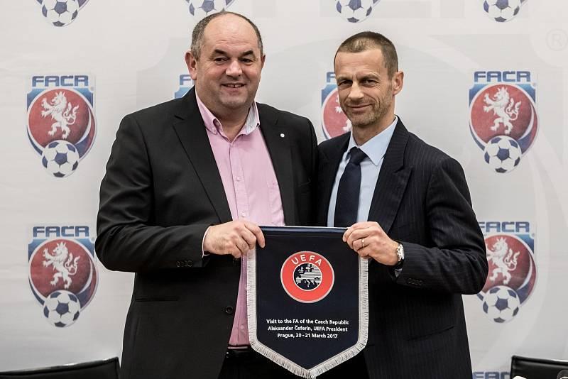 Miroslav Pelta a prezident UEFA Alexander Ceferin.