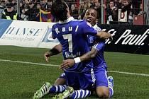 Farfan s Raúlem oslavují gól Schalke do sítě St. Pauli.