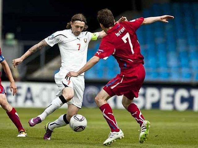Tomáš Hořava (v bílém) bojuje o míč s Bělorusem Sivakovem.
