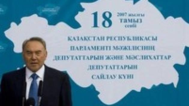 Prezident Nazarbajev před volebním plakátem.