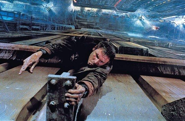 BLADE RUNNER. Je Rick Deckard sám replikantem, nebo ne? Na to režisér Ridley Scott definitivně odpovídá ve finálním sestřihu.