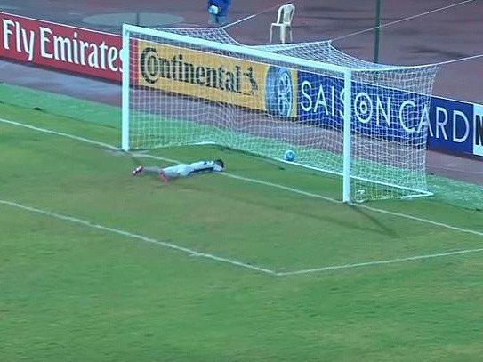 Gólman mládežnické reprezentace KLDR dostal gól od svého brankářského kolegy z Uzbekistánu.