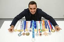 Bývalý světový rekordman v desetiboji Roman Šebrle vypsal odměnu 100 tisíc korun pro nálezce své zlaté medaile z olympijských her 2004 v Aténách, která se mu v květnu 2016 ztratila.
