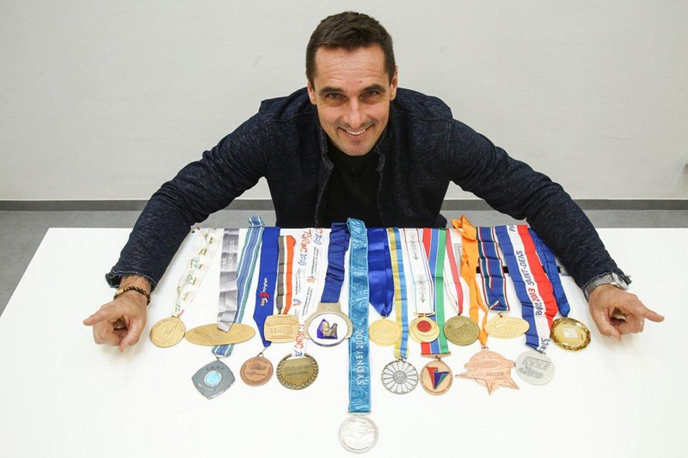 Bývalý světový rekordman v desetiboji Roman Šebrle se sbírkou medailí.