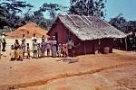Obyvatelé domorodé africké vesnice Yambuku, ošetřovaní zástupci CDC během prvního rozsáhlejšího výskytu eboly v roce 1976