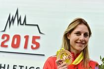 Vícebojařka Eliška Klučinová s bronzovou medailí z halového mistrovství Evropy v Praze.