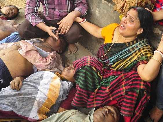 Příbuzní oplakávají oběti, které zemřely ušlapány v davu.