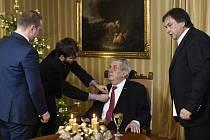 Příprava prezidenta Miloše Zemana na natáčení vánočního poselství