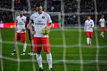 Zklamaný kanonýr Paris St. Germain Zlatan Ibrahimovic.