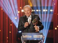 Předávání televizních cen TýTý se uskutečnilo 11. dubna v Divadle na Vinohradech. Na snímku zpěvák Karel Gott, který převzal ceny za Zpěvák roku a Absolutní vítěz.
