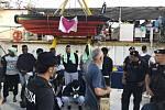 Migranti po vylodění z plavidla německé neziskové organizace Sea-Watch v přístavu na italské Lampeduse