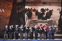 Váleční hrdinové na pódiu během oslav 75. výročí spojeneckého vylodění v Normandii