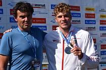 Radost z evropského stříbra v podání závodníka Lukáše Rohana (25 let) a jeho otce Jiřího Rohana (55 let).