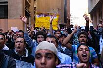 Na univerzitách po celém Egyptě dnes vypukly protesty v reakci na sobotní soudní verdikt, jímž byl bývalý prezident Husní Mubarak zproštěn obžaloby ze spoluviny na smrti stovek lidí v roce 2011.