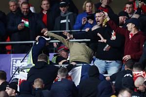 Fanoušci Maďarska se poprali s anglickou policií.