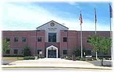Věznice, ve které aktuálně pobývá Jeffrey MacDonald. Muž, který je odsouzen za brutální vraždu své těhotné manželky a dvou malých dcer.