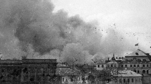 Pohled na varšavské ghetto během povstání v roce 1943. V bojích zahynulo přes 6000 Židů, dalších 50000 Němci zabili po potlačení povstání.
