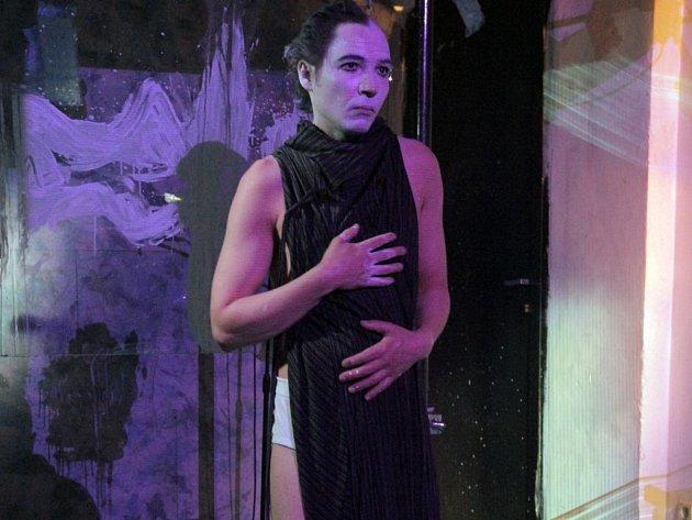 Valentýn Petra Krušelnického je skvělý komorní experiment pohybového a vizuálního divadla.