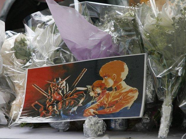 Lidé nosí na místo  nedělního masakru v tokijské čtvrti  Akihabara květina. Někdo přidal ke kytici také stránku z postavami z tradičních japonských komiksů manga.