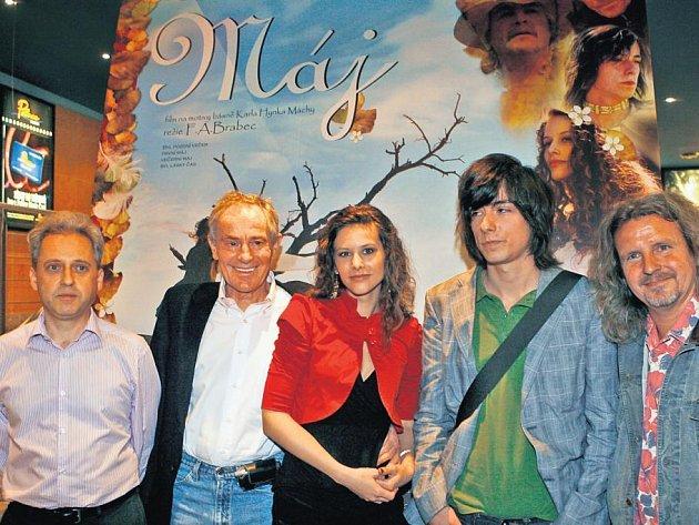 Režisér a herci. F. A. Brabec (zcela vpravo) se svým filmovým Vilémem (Matěj Stropnický), Jarmilou (Sandra Lehnertová) , vypravěčem i katem v jedné osobě (Jan Tříska) a producentem Milošem Remeněm.