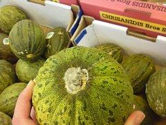V obchodě prodávali plesnivé melouny.