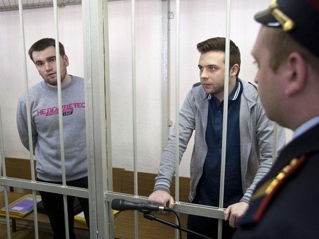Alexej Gaskarov (vlevo) a Ilja Guščin před slyšením v soudní síni.