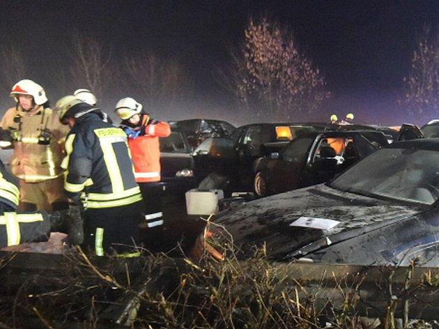 Více než 300 dopravních nehod způsobila během 24 hodin ledovka, která se v neděli vytvořila na silnicích na severozápadě Německa. Ilustrační foto.