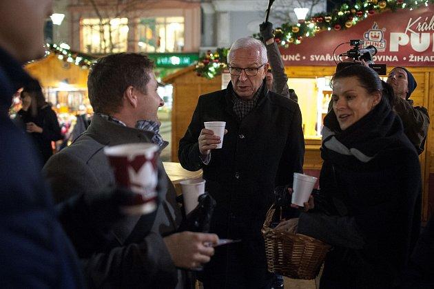 Den sprezidentským kandidátem Jiřím Drahošem který navštivil vánoční trhy na Masarykově náměstí, 14.prosince vOstravě.