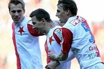 Martin Dobrotka ze Slavie (uprostřed) se raduje se spoluhráči z prvního gólu.