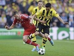 Franck Ribéry z Mnichova (vlevo) bojuje o míč s Guendoganem z Dormundu.