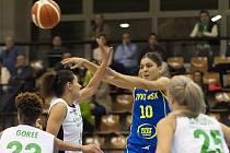 Marta Xargay z USK (v modrém) v obležení hráček Györu.