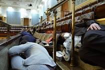 Kongresmani se schovávali v jednacím sále za zábradlí.