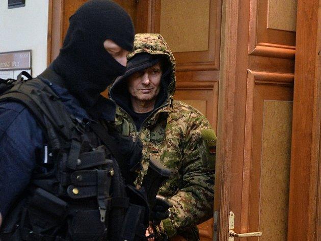 Soud poslal do vazby Pavla Šrytra (vpravo) obviněného z vraždy jednoho z šéfů tuzemského podsvětí Antonína Běly z roku 1996.
